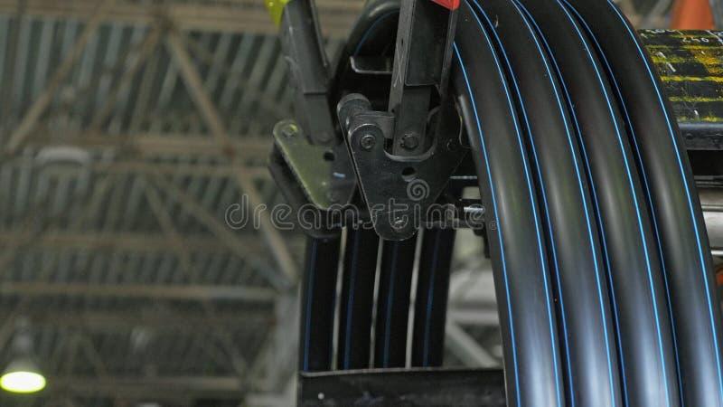 Rolo que rosqueia a tubulação da bobina Fabricação de fábrica plástica das tubulações de água Processo de fazer os tubos plástico foto de stock