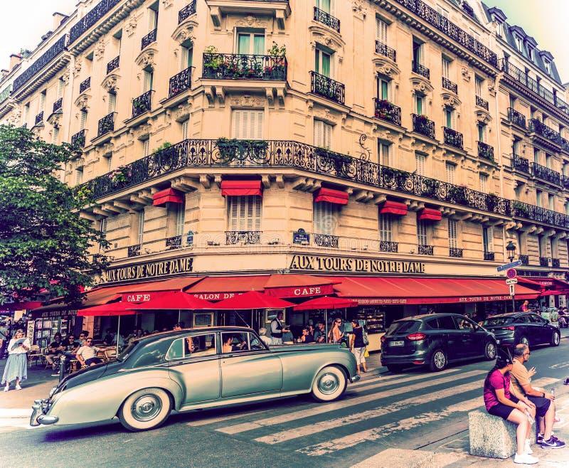 Rolo Royce do vintage que conduz por uma construção elegante imagem de stock royalty free
