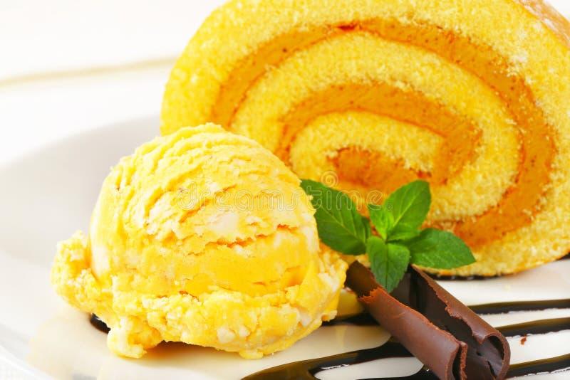 Rolo suíço com sorvete amarelo foto de stock royalty free