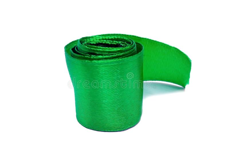 Rolo verde da bobina da fita do cetim do atlas da máscara isolado no fundo branco foto de stock royalty free