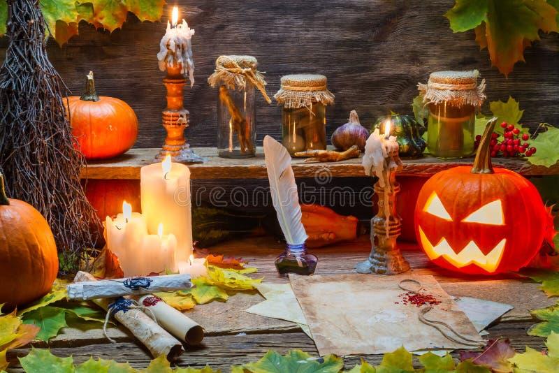 Rolos, abóbora e velas velhos no Dia das Bruxas foto de stock royalty free