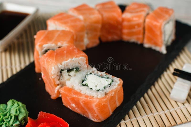 Rolos apetitosos dos salmões Sushi japonês, close up fotografia de stock royalty free