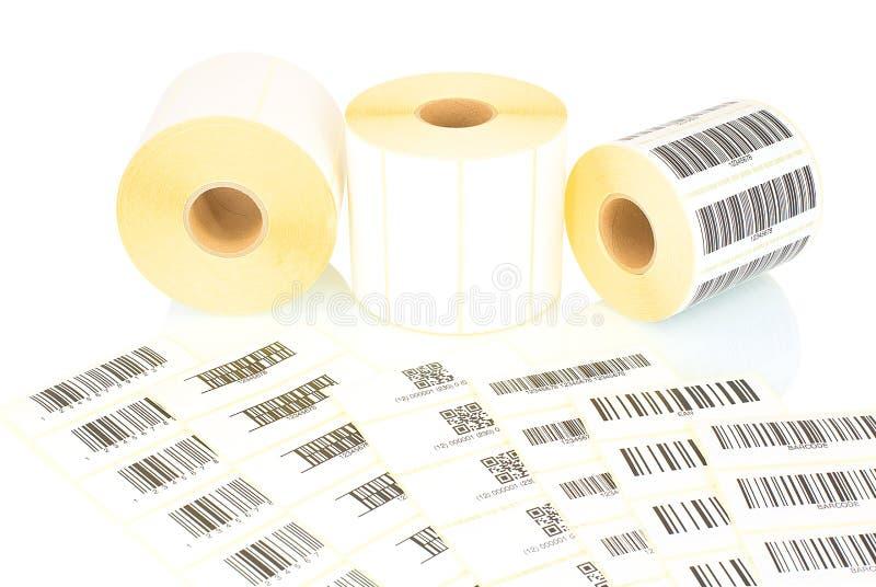 Rolos brancos da etiqueta e códigos de barras impressos isolados no fundo branco com reflexão da sombra Carretéis brancos das eti imagem de stock royalty free