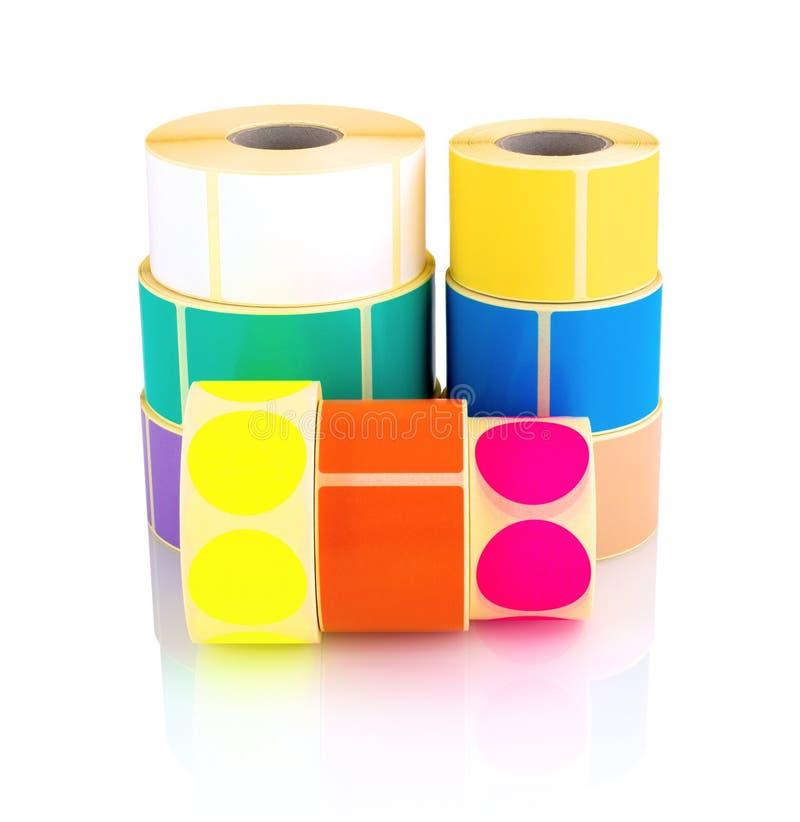 Rolos coloridos da etiqueta isolados no fundo branco com reflexão da sombra Carretéis da cor das etiquetas para impressoras imagens de stock