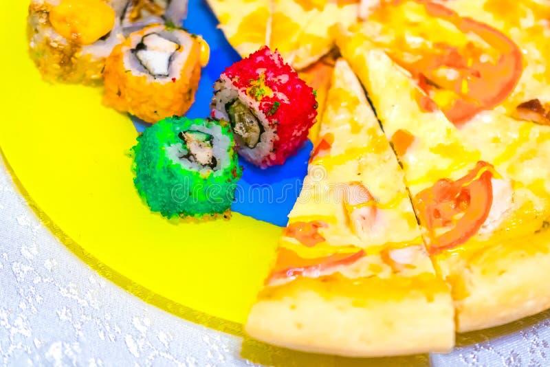 Rolos da cor em uma placa com pizza foto de stock royalty free