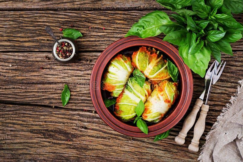 Rolos da couve enchidos com arroz com a faixa da galinha no molho de tomate imagens de stock royalty free
