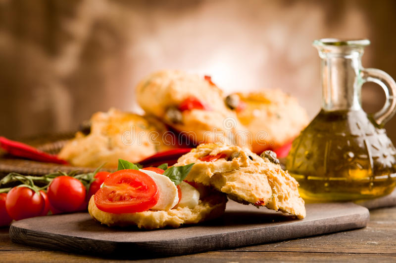 Rolos da pizza enchidos com tomate e mozzarella fotografia de stock