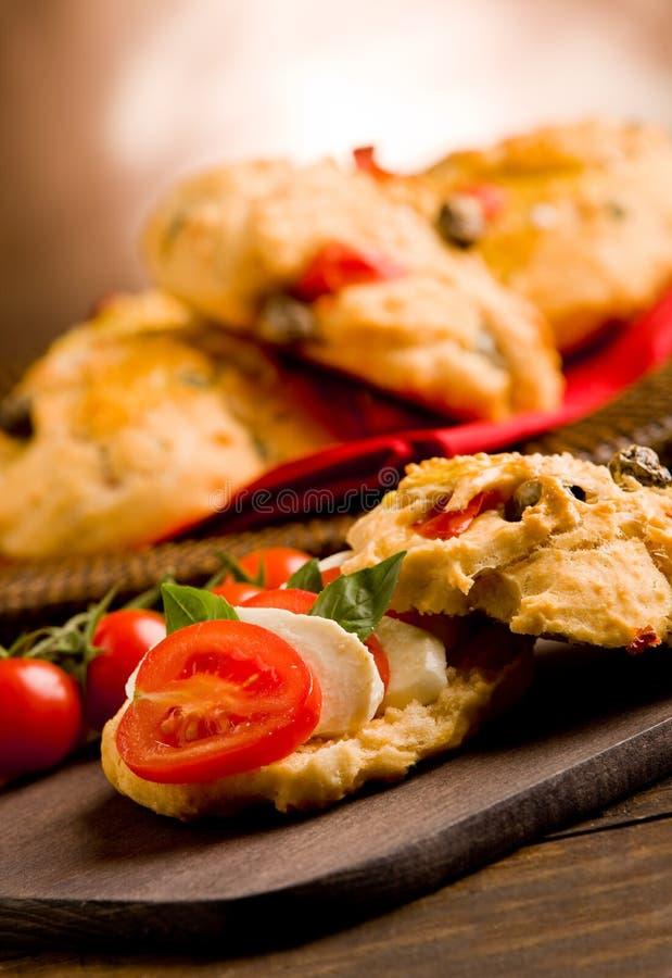 Rolos da pizza enchidos com tomate e mozzarella imagens de stock