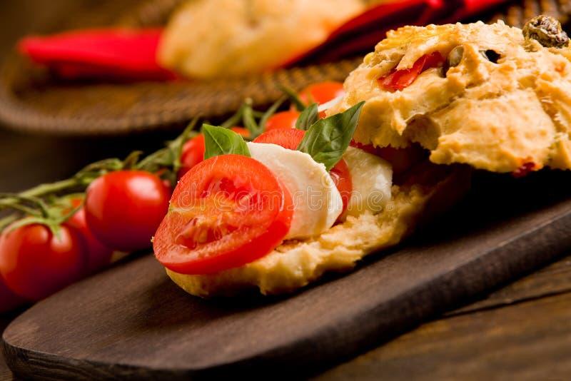 Rolos da pizza enchidos com tomate e mozzarella imagem de stock royalty free