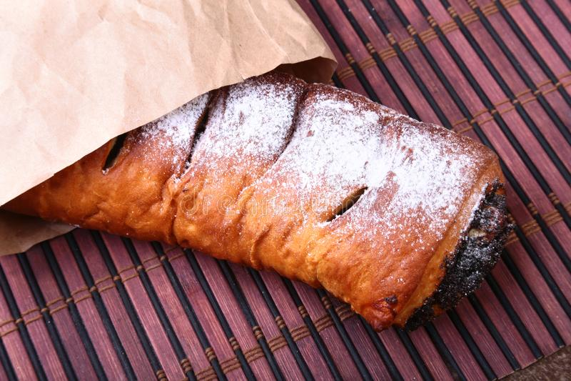 Rolos da semente e da noz de papoila, bolo tradicional do beigli de Chistmas na tabela de madeira foto de stock royalty free