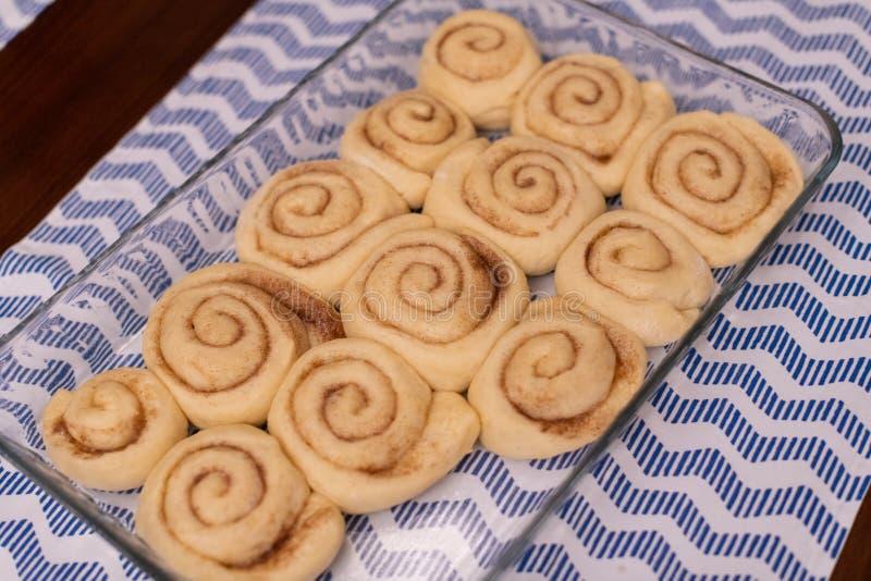 Rolos de canela de Homemeda, prontos para cozer fotografia de stock