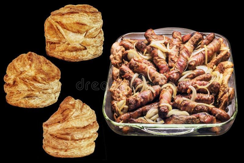 Rolos de carne triturados assados com os laços da galinha nos bolos de vidro do queijo do sésamo da bandeja e da massa folhada de imagem de stock royalty free
