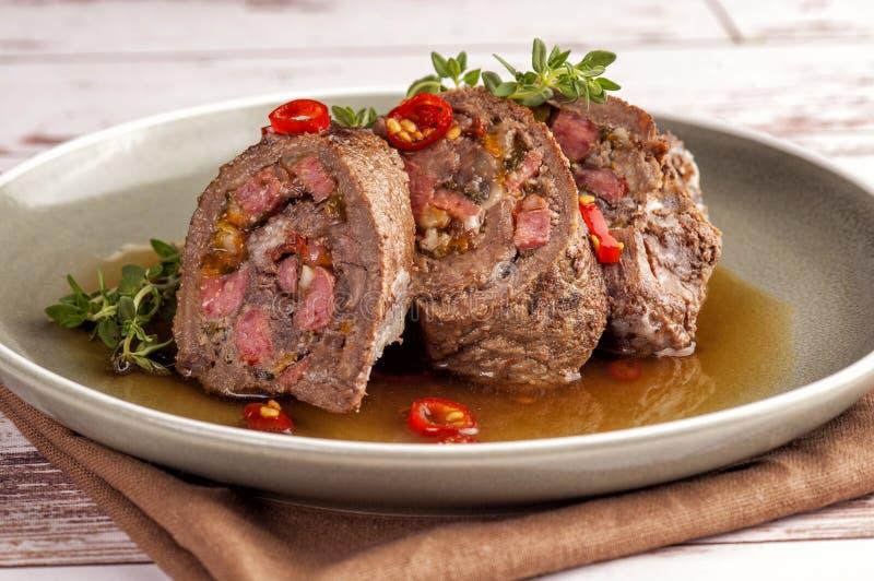 Rolos de lombo de carne recheados fotos de stock