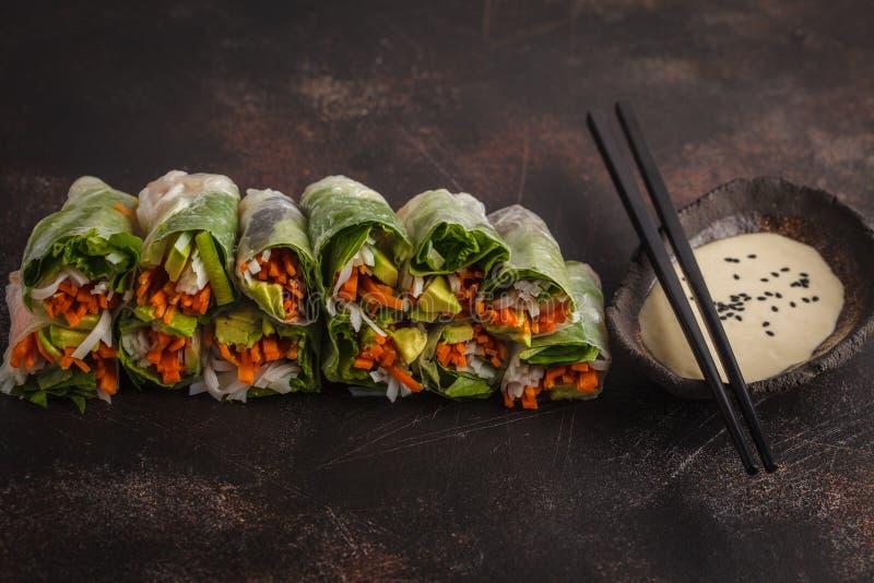 Rolos de mola asiáticos do vegetariano feito a mão fresco com macarronetes de arroz, avoca foto de stock