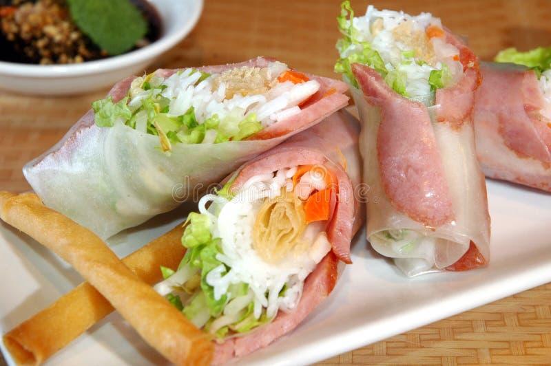 Rolos de mola da carne de porco imagem de stock