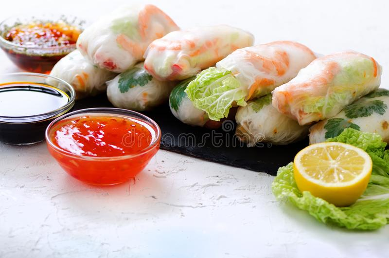 Rolos de mola vietnamianos - papel de arroz, alface, salada, aletria, macarronetes, camarões, molho de peixes, pimentão doce, soj imagens de stock royalty free