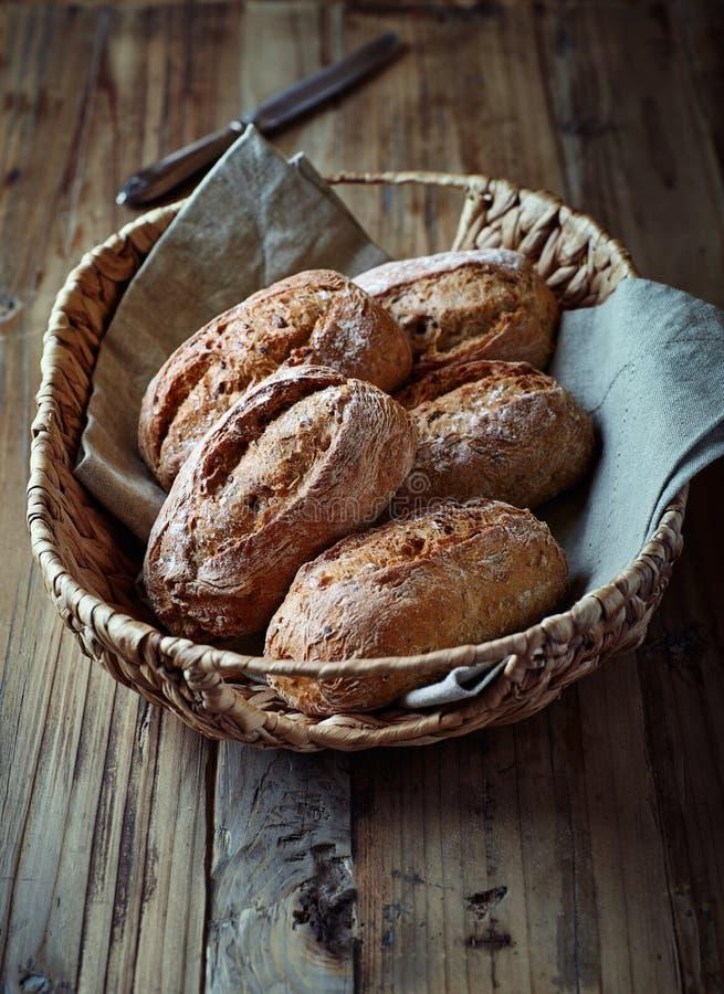Rolos de pão do Wholemeal em uma cesta fotografia de stock royalty free