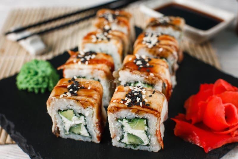 Rolos de sushi ajustados perto acima Alimento nacional japonês imagem de stock