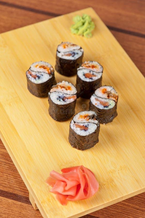 Rolos de sushi com tobico e panqueca fotos de stock royalty free