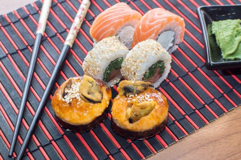 Rolos de sushi com varas imagem de stock royalty free