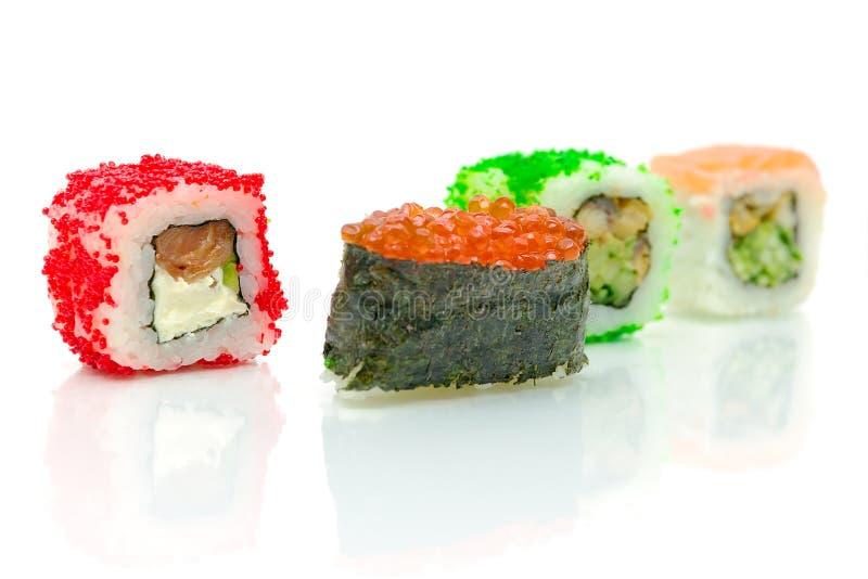 Rolos de sushi diferentes em um fundo branco imagens de stock royalty free