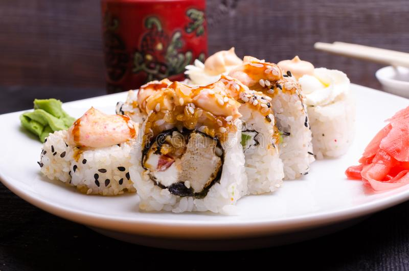 Rolos de sushi em uma bandeja branca com gengibre imagens de stock royalty free