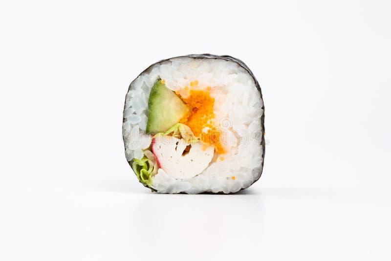 Rolos de sushi japoneses frescos em um fundo branco imagem de stock royalty free