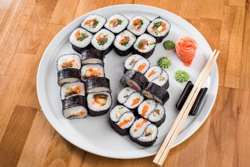 Rolos de sushi de Maki com salmões e abacate Sushi isolado no fundo branco Fim acima fotos de stock