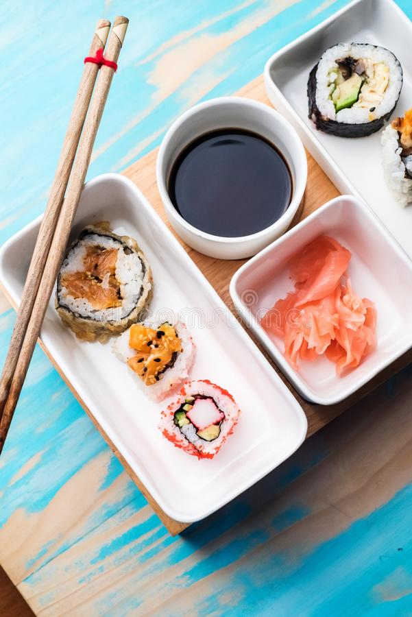 Rolos de sushi servidos em pratos especiais imagem de stock royalty free