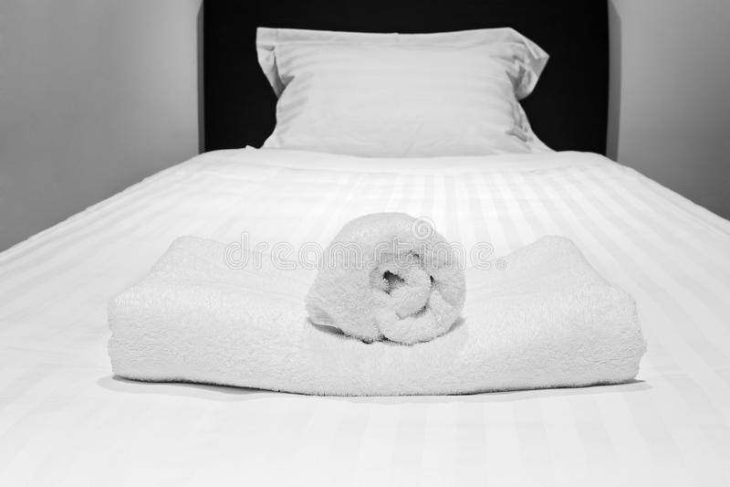 Rolos de toalha da cama únicos fotos de stock royalty free