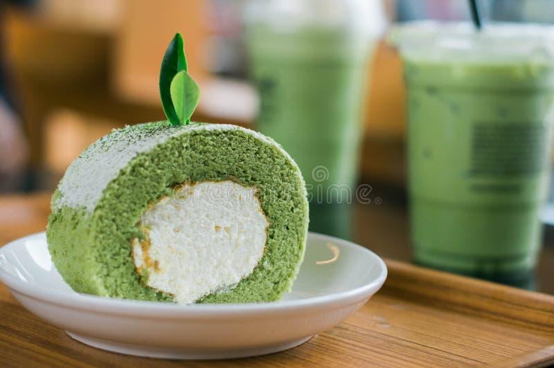 Rolos do bolo do chá verde em uma placa branca foto de stock royalty free