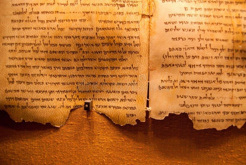 Rolos do Mar Morto na exposição nas cavernas de Qumran Consistem fotografia de stock