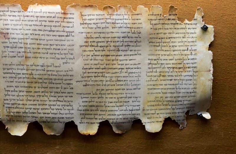 Rolos do Mar Morto na exposição nas cavernas de Qumran Consistem foto de stock