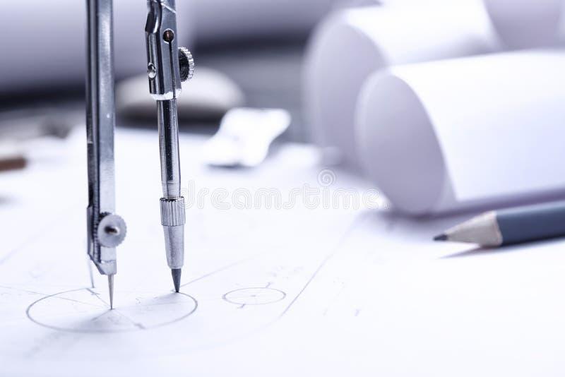 rolos dos modelos, do compasso de desenho e do plano arquitetónico gráfico fotografia de stock