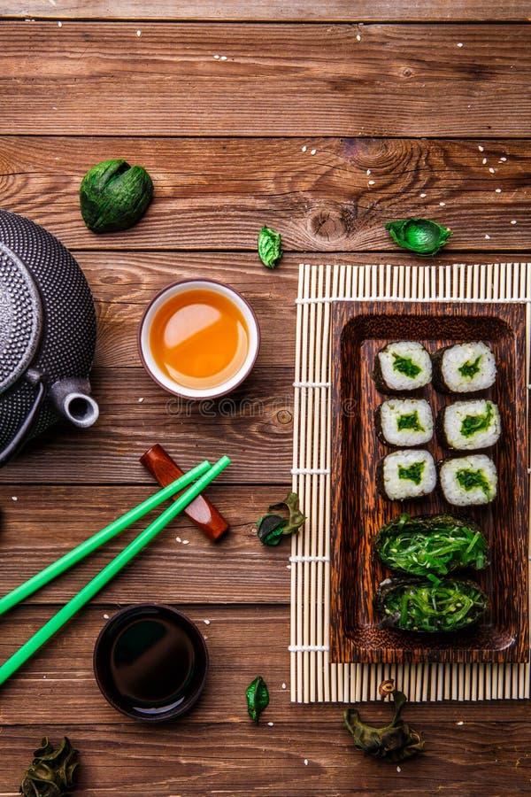 Rolos japoneses, hashis, molho de soja foto de stock royalty free