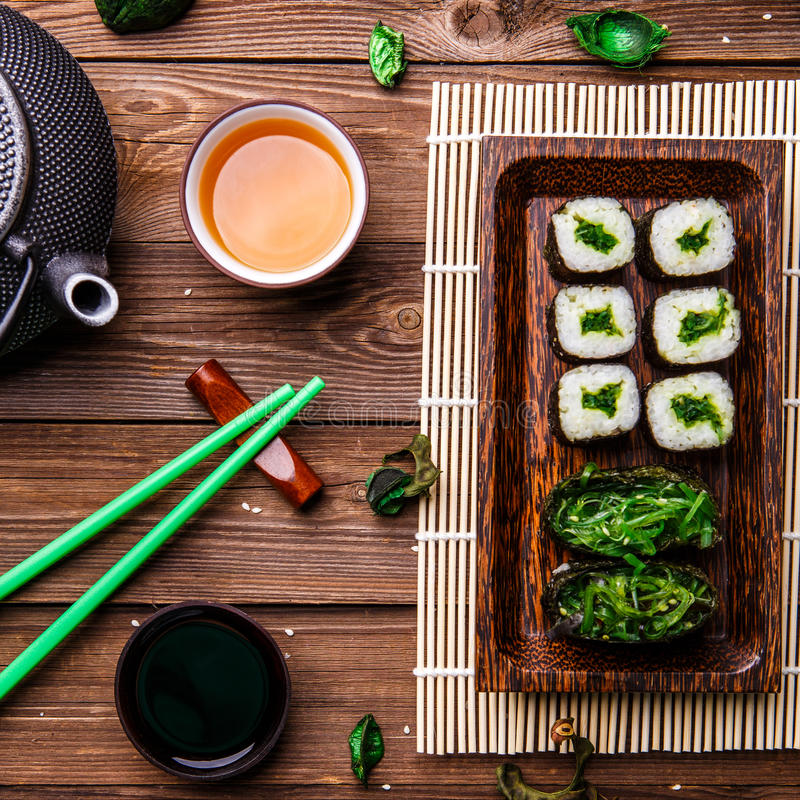 Rolos japoneses, varas verdes, bule fotos de stock royalty free