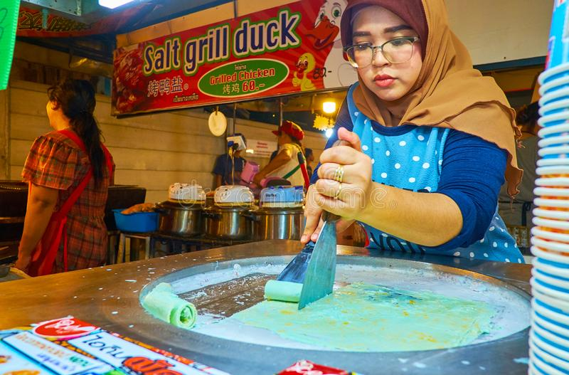 Rolos que fazem, mercado do gelo da noite do Ao Nang, Krabi, Tailândia foto de stock royalty free
