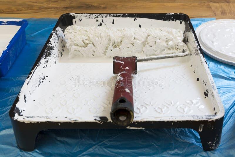 Rolownik dla malować sufit w farby tacy i ściany muśnięcia target508_1_ rolkowych narzędzia Biel ściany kolor zdjęcie royalty free