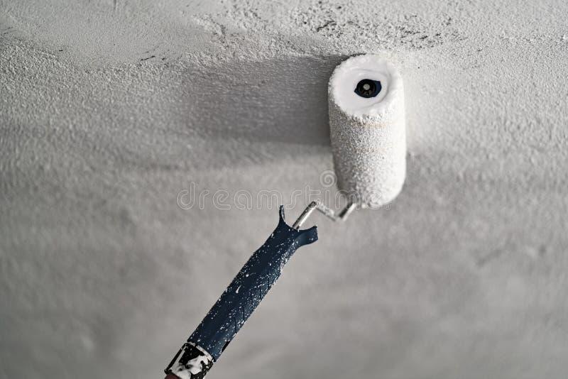 Rolownik z białą farbą na betonowym suficie zdjęcia royalty free