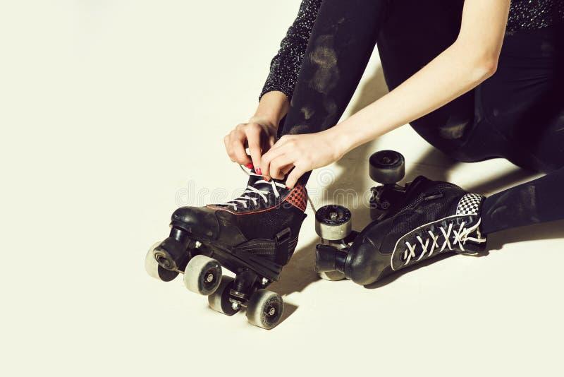 Rolschaatsen op vrouw of meisje in avondkledingkant stock afbeeldingen