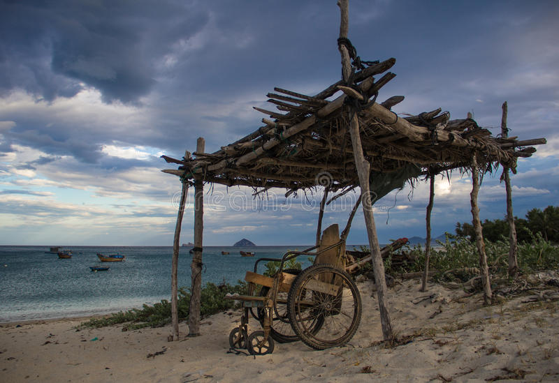 Rolstoel op het tropische strand royalty-vrije stock afbeeldingen