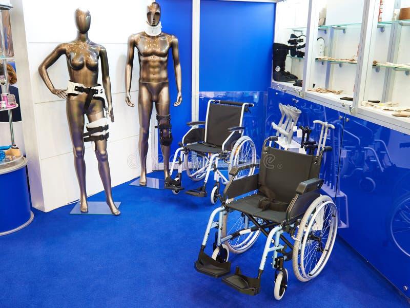 Rolstoelen en andere apparaten voor de beweging van gehandicapten peopl stock foto's