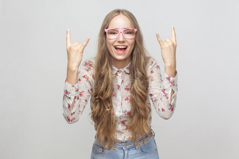 Rolt het geluk jonge volwassen meisje, die rots tonen - en - vingers en lo stock afbeelding