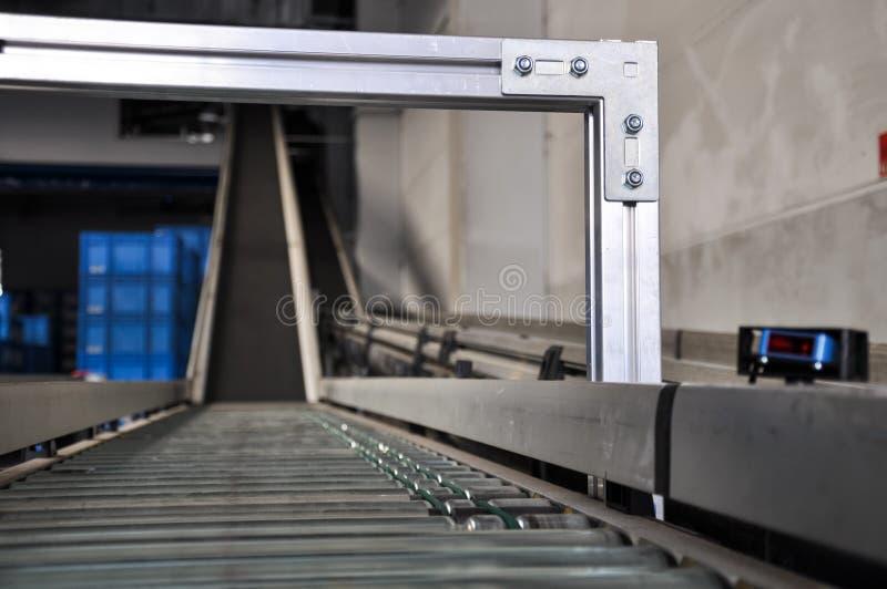 Roltransportband met de sensor van de laserafstand stock afbeelding