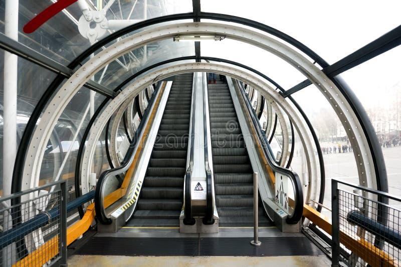 Roltrap op en neer met tunnel in de moderne bouw stock afbeeldingen