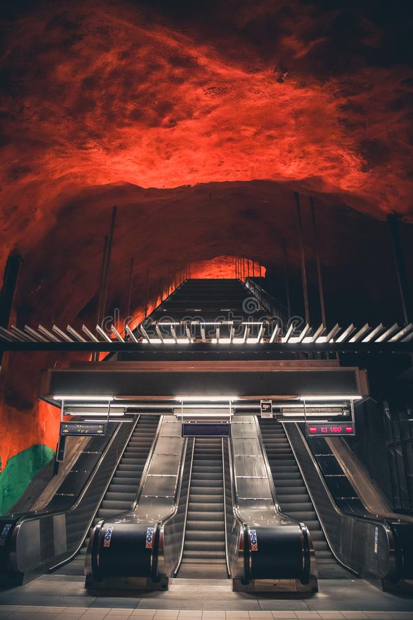Roltrap in Solna-centrummetro post in Stockholm, Zweden stock afbeeldingen