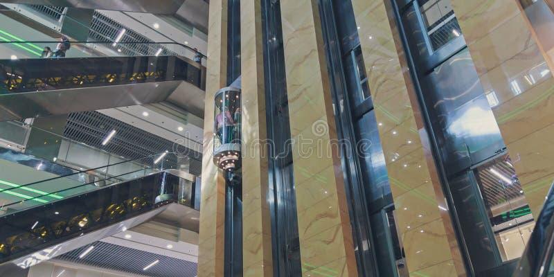 Roltrappen en liften bij de wandelgalerij royalty-vrije stock afbeelding