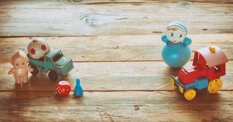 Roly-Poly, Baby - Puppe, LKW, Lokomotive, Ball, Retro- Spielzeug stockfotos