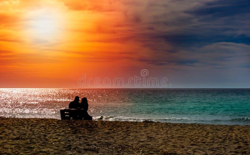 Romántica pareja en la playa al atardecer colorido sobre el fondo Perfecto paisaje tropical con vistas exóticas a la naturaleza F imágenes de archivo libres de regalías