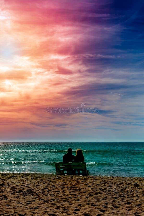 Romántica pareja en la playa con colorido atardecer en el fondo del harén Perfecto paisaje tropical con vistas exóticas a la natu imagenes de archivo